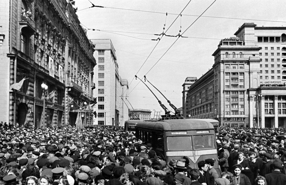 موسكو، 9 أيار/ مايو 1945   عند السفارة الأمريكية