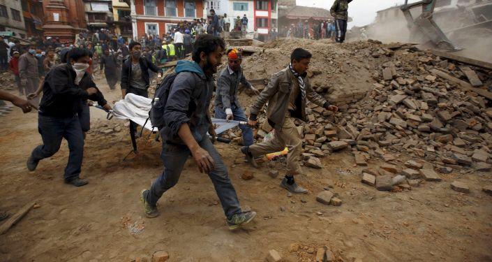 الناس يحملون على نقالةأحد ضحايا الزلزال