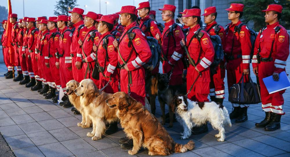 عناصر البحث والإنقاذ  من الصين قبل التوجه إلى نيبال