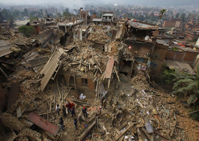 عناصر الإنقاذ يفتشون الأنقاض بحثا عن أحياء بعد الزلزال