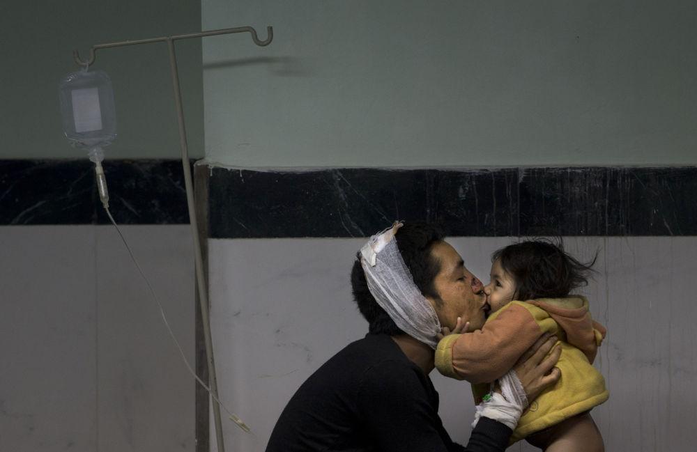 رجل جريح في المستشفى في كاتماندو
