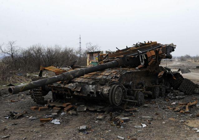 دبابة أوكرانية مدمرة في منطقة دونباس