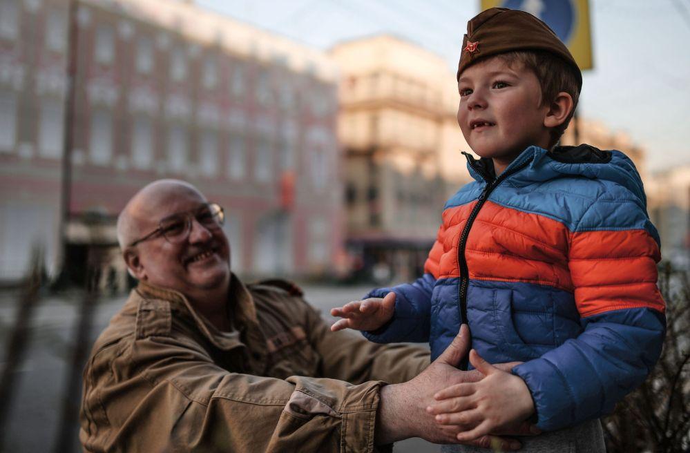 مشاهدون لبروفة العرض العسكري في شارع تفرسكايا، موسكو.