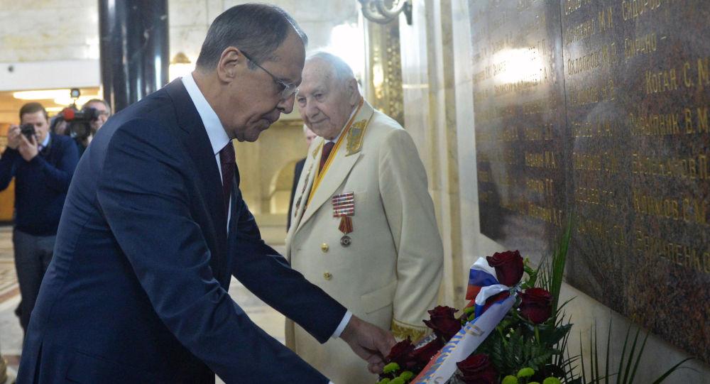 سيرغي لافروف يضع الزهور على لوحة تذكارية