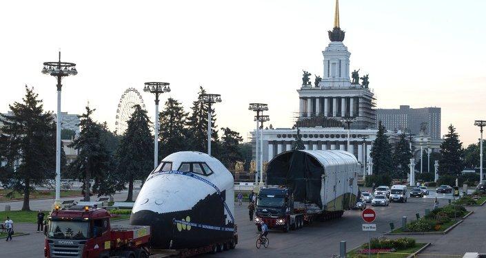 نقل ما يحاكي المكوك الفضائي بوران إلى مركز المعارض بموسكو