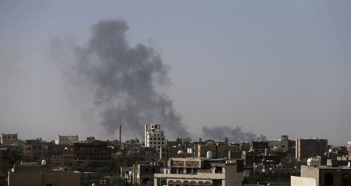 دخان في مطار صنعاء الدولي