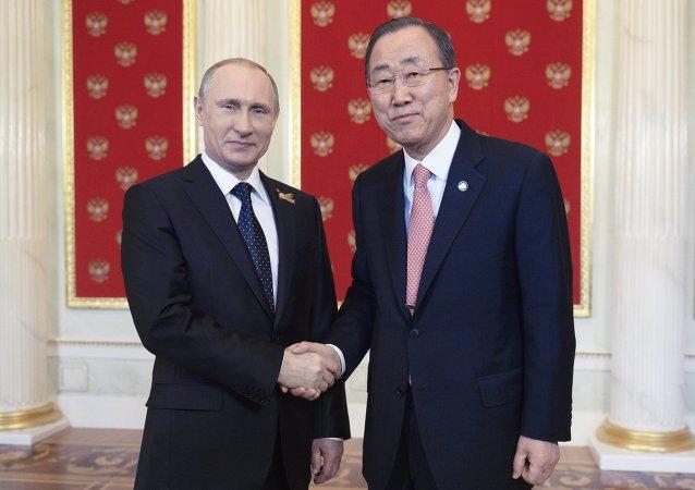 الرئيس الروسي فلاديمير بوتين والأمين العام للأمم المتحدة بان كي مون في الكرملين
