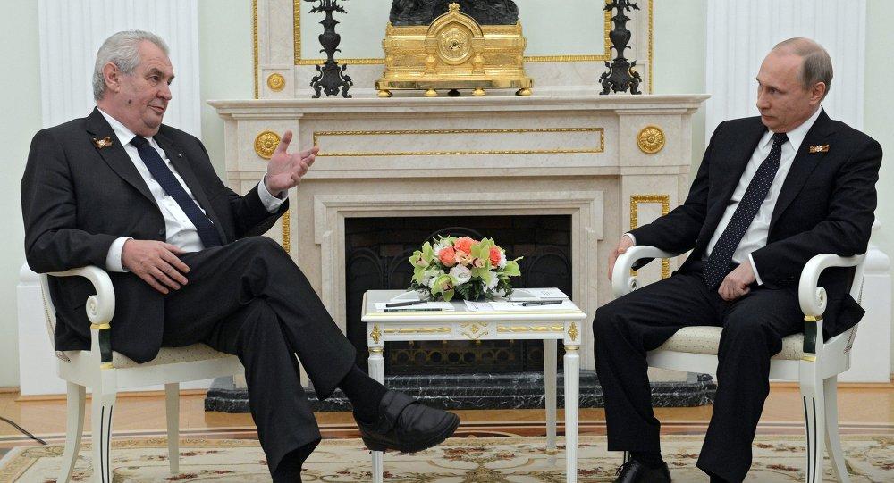 الرئيسين الروسي فلاديمير بوتين والتشيكي ميلوس زيمان