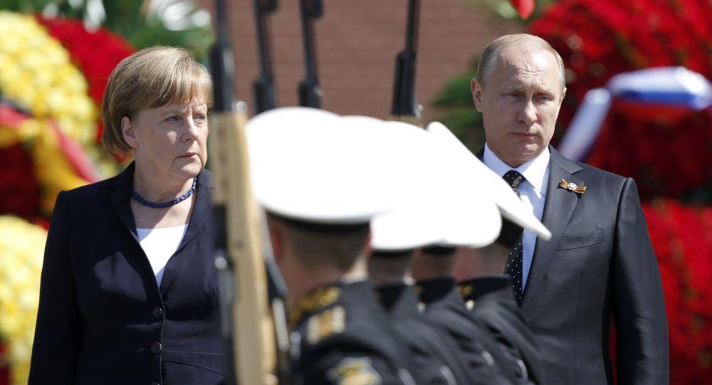 ميركل وبوتين يحضرا ن مراسيم وضع الزهور على قبر الجندي المجهول في موسكو