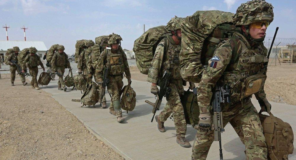 جنود بريطانيون يستعدون للمغادرة عبر طائرة حربية