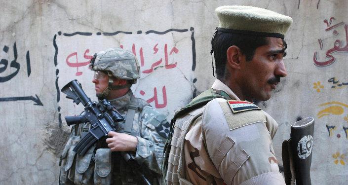 جندي عراقي يدير وجهة بعيدا عن جندي أميريكى
