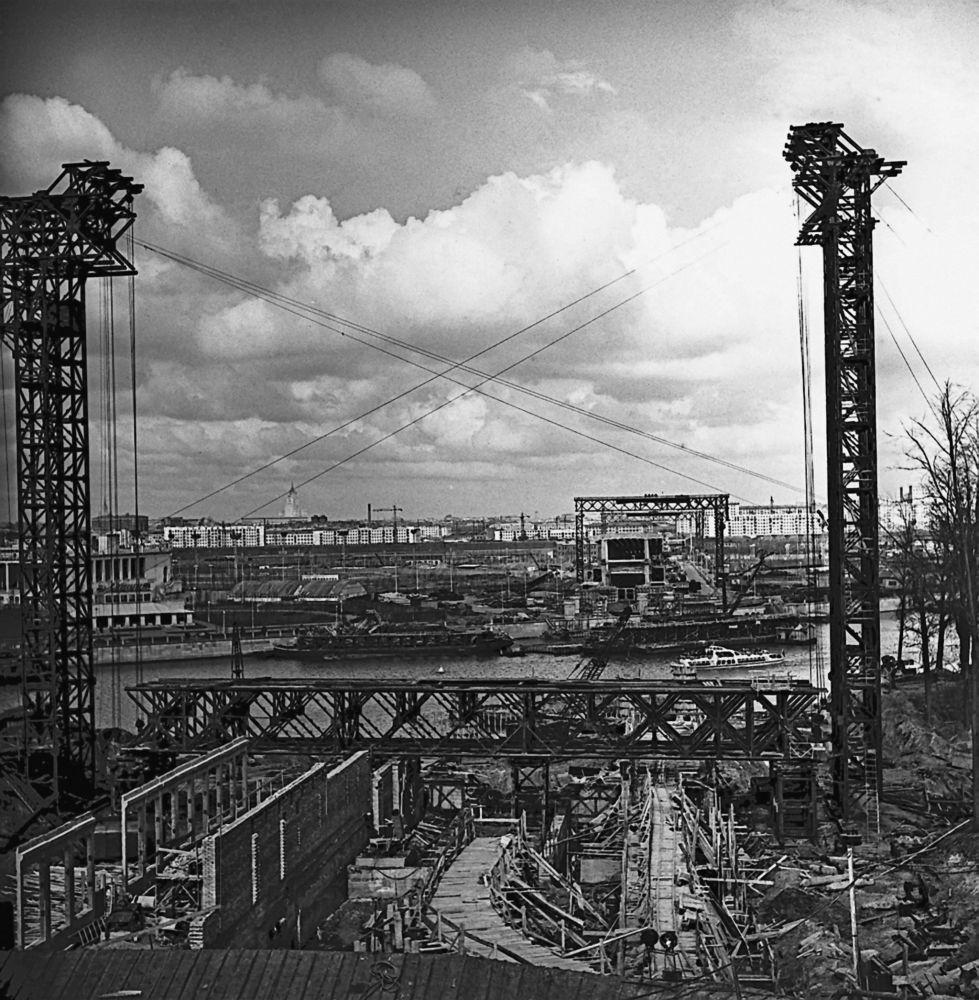 عملية إنشاء محطة لينينسكي غوري في موسكو