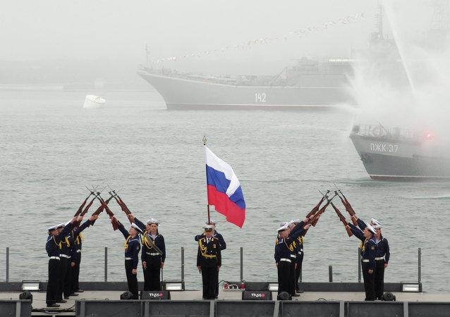 رجال البحرية الروسية خلال الاحتفال بالذكرى 230 لأسطول البحر الأسود الروسي في سيفاستوبول