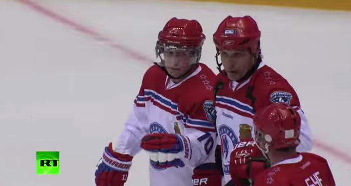 بوتين يتألق فى هوكي الجليد ويسجل 8 أهداف فى المباراة النهائية للدوري
