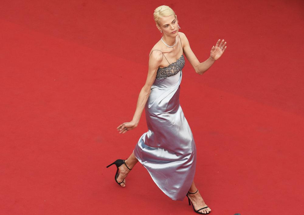 الممثلة وعارضة الأزياء الفرنسية إيميلين فالاد  تقف أمام المصورين لدى وصولها لحضور حفل افتتاح مهرجان كان السينمائي الدوليى الـ 68 في كان جنوب فرنسا، 13 مايو 2015.