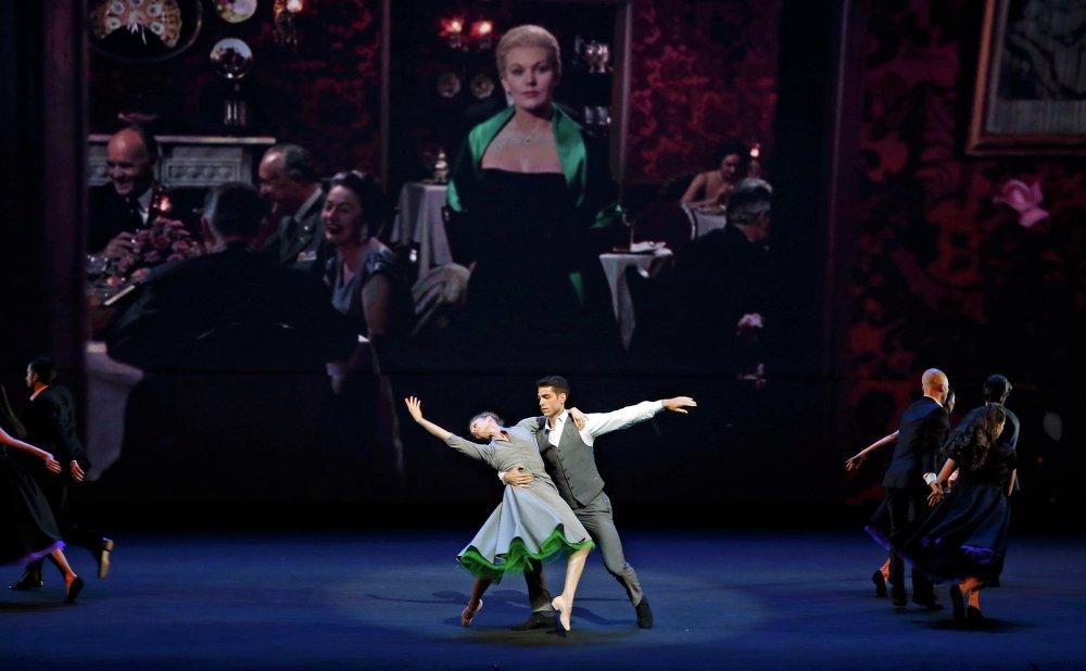 عرض راقص على خشبة المسرح خلال حفل افتتاح مهرجان كان السينمائي الـ68 في مدينة كان جنوب فرنسا، 13 مايو 2015.