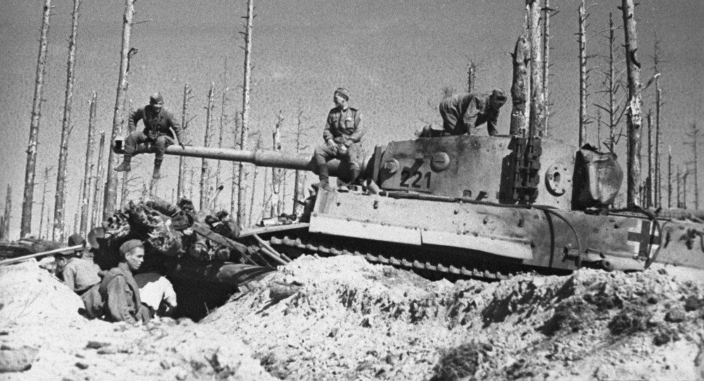 جنود الجيش الأحمر يفتشون دبابة نازية بعد عملية تدميرها