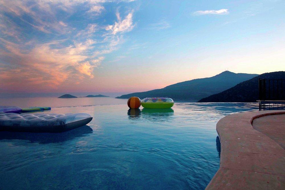مسبح فى مدينة كالكان التركية بالقرب من جبال طوروس