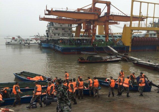 رجال الإنقاذ في مكان غرق سفينة ركاب في جنوب الصين