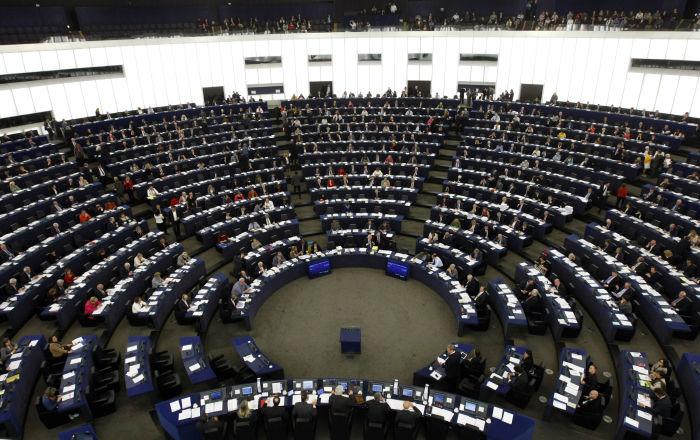 نائب في البرلمان الأوروبي يحضر جلسة دون سروال… فيديو