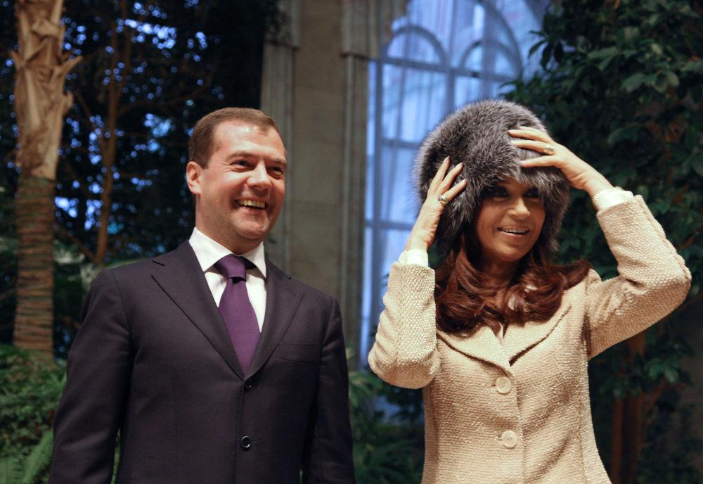 الرئيس الروسي فى 2008 ديمتري ميدفيديف يقدم قبعة من جلد الثعلب الروسي الى كريستينا فرنانديز دي كيرشنر رئيسة الأرجنتين