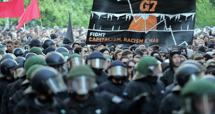 محتجون على انعقاد قمة مجموعة السبع