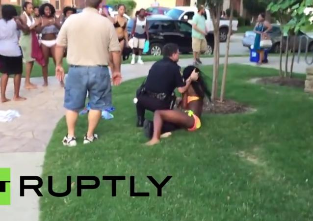 الشرطة الأمريكية تضرب فتاة سمراء بعنف