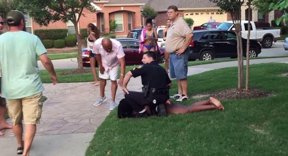 شرطة أمريكي يعتدي على فتاة سوداء