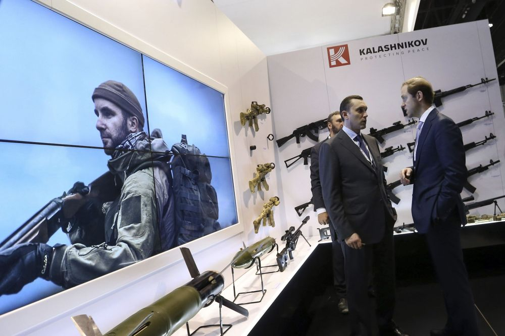 ألكسي كريفوروتشكا و دينيس مانتوروف في معرض IDEX للأسلحة في أبو ظبي
