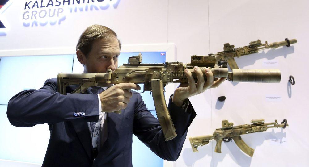دينيس مانتوروف يصوب سلاحه أثناء تواجده في معرض IDEX في أبو ظبي