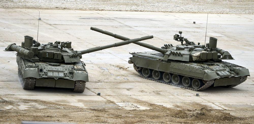 دبابات تي-72بي3 خلال المنتدي العسكري التقني آرميا2015