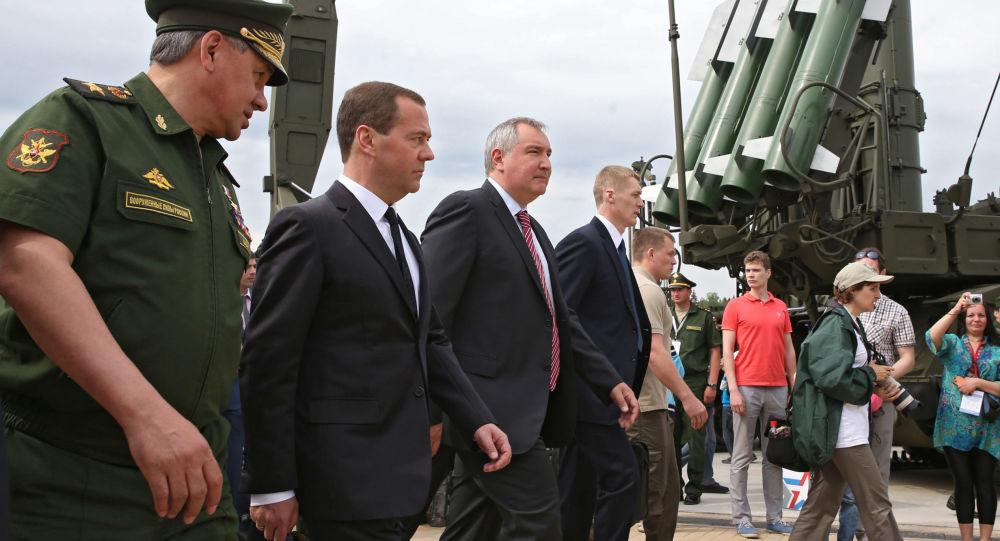 وزير الدفاع الروسي سيرغي شويغو مع رئيس الوزراء الروسي دميتري ميدفيديف ونائبه دميتري روغوزين خلال منتدي آرميا 2015