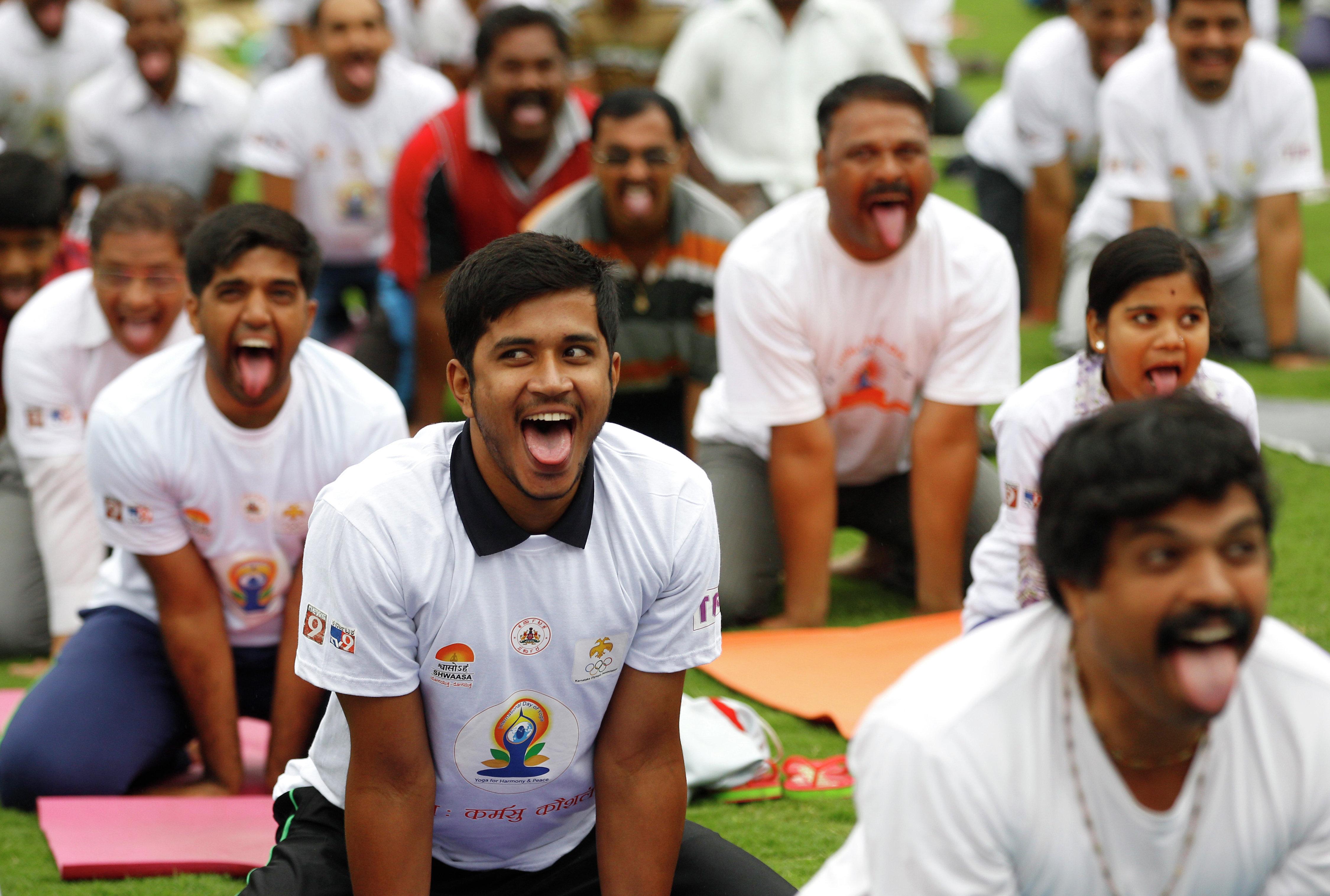 المشاركون فى اليوم العالمي لليوجا فى ميدنة بنغالور فى الهند
