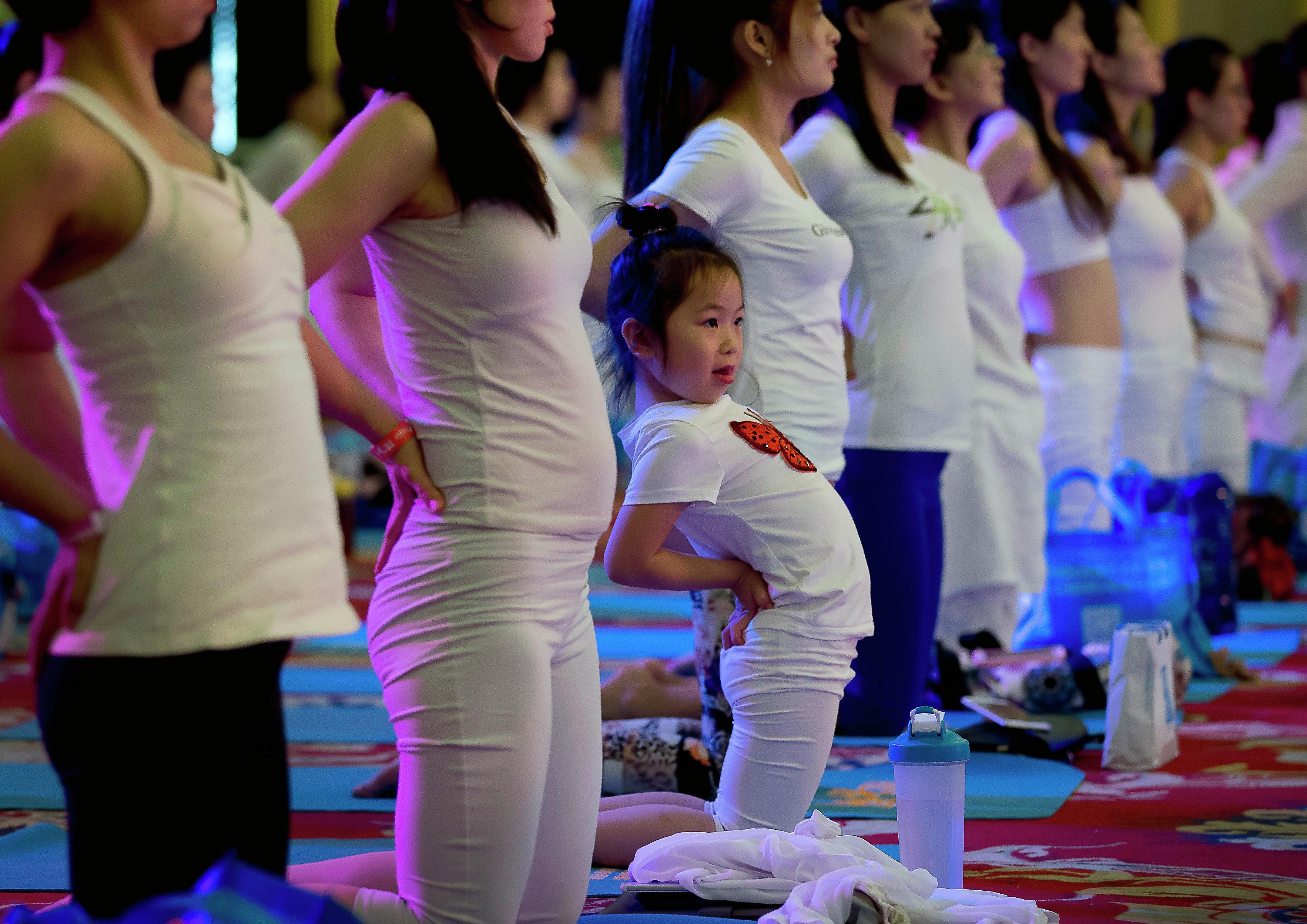 طفلة صينية تمارس اليوجا فى اليوم العالمي لليوجا فى أحدى المقاطعات فى بكين الصينية