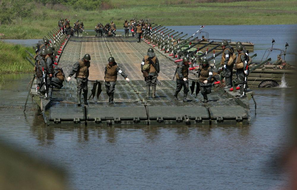 تدريبات وحدات الهندسة التابعة للجيش الروسي الخامس أثناء تشييدها لجسر عائم