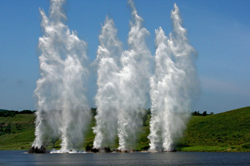 انفجارات تحاكي نيران مدفعية العدو في منطقة المعبر، أثناء تدريبات وحدات الهندسة