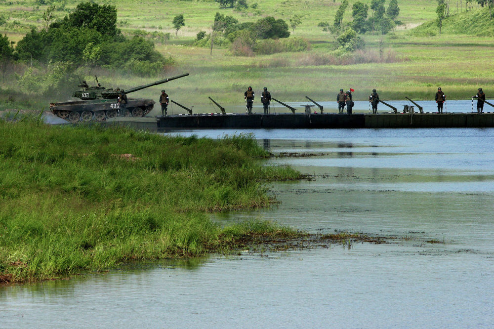 تدريبات وحدات الهندسة التابعة للجيش الروسي الخامس أثناء تشييدهم جسر عائم لعبور الموانع المائية