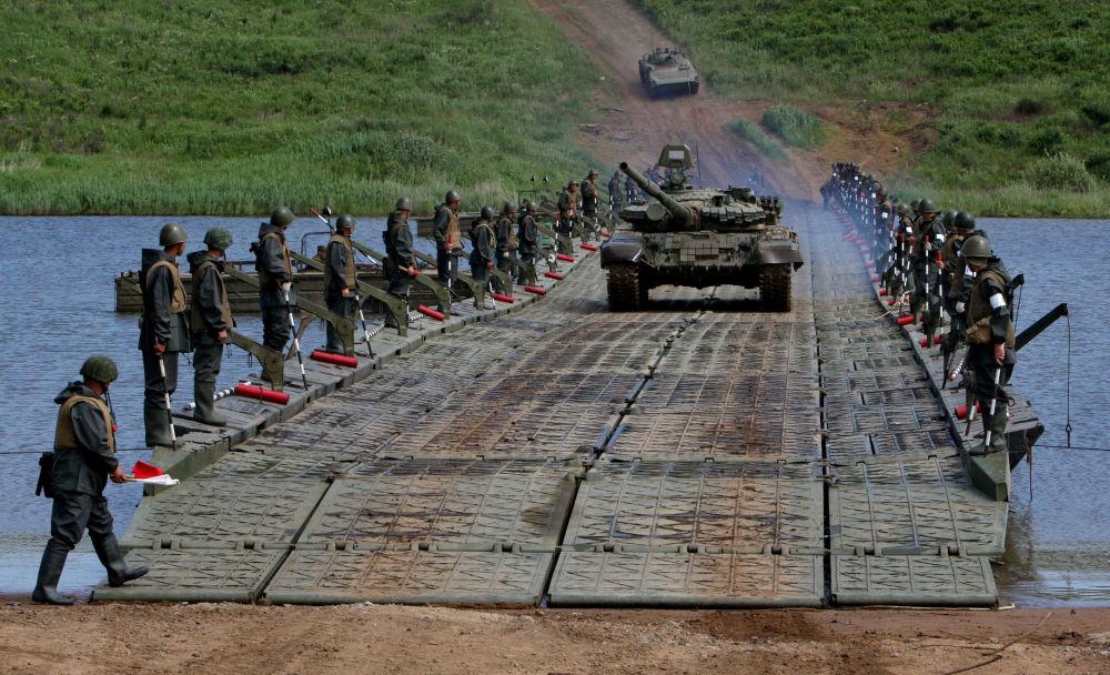 الدبابات والمدرعات تعبر النهر على جسر عائم شيدته وحدات الهندسة التابعة للجيش الروسي الخامس أثناء تدريباتها على عبور الموانع المائية