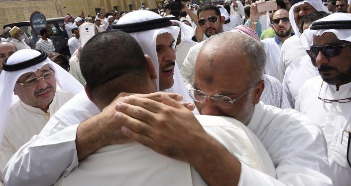 تجمع المواطنين بالقرب من مسجد الإمام الصادق في الكويت