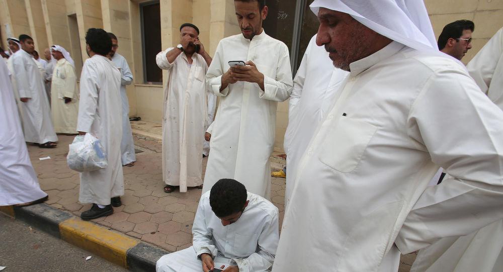 تجمع المواطنين بالقرب من مسجد الإمام الصادق في الكويت بعد التفجير