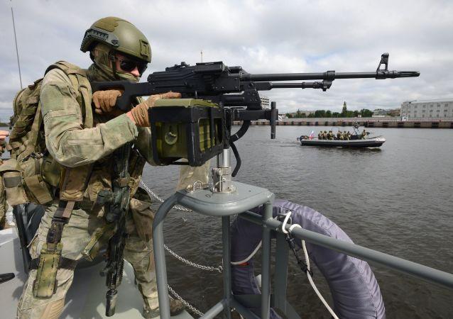 عسكري روسي على متن زورق حربي خلال حفل افتتاح المعرض الدولي العسكري البحري السابع في سان بطرسبورغ