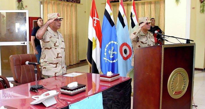 الرئيس المصري يعود للزي العسكري مرة أخري لأول مرة منذ إنتخابه