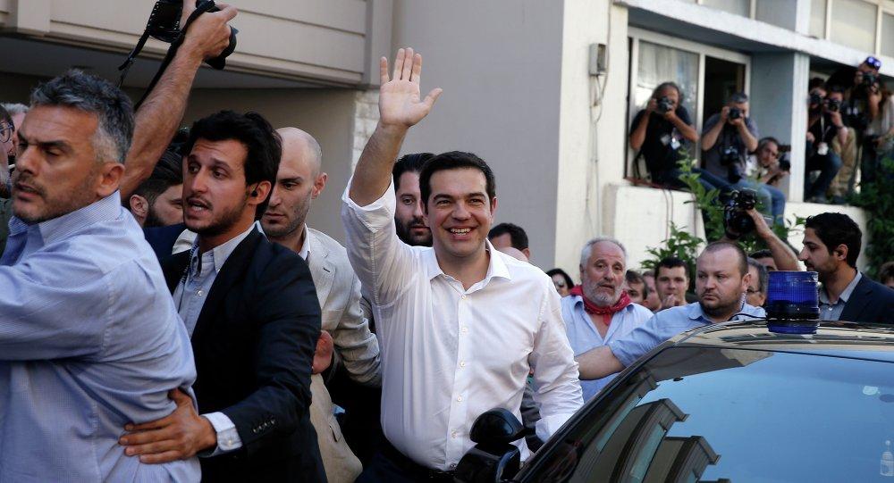 رئيس الوزراء اليوناني أليكسيس تسيبراس عقب الإدلاء بصوته ورفض خطة الانقاذ الأوروبية