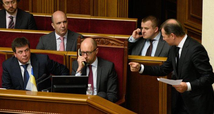 رئيس الوزراء الأوكراني أرسيني ياتسينيوك أثناء حضوره لاجتماع البرلمان الأوكراني