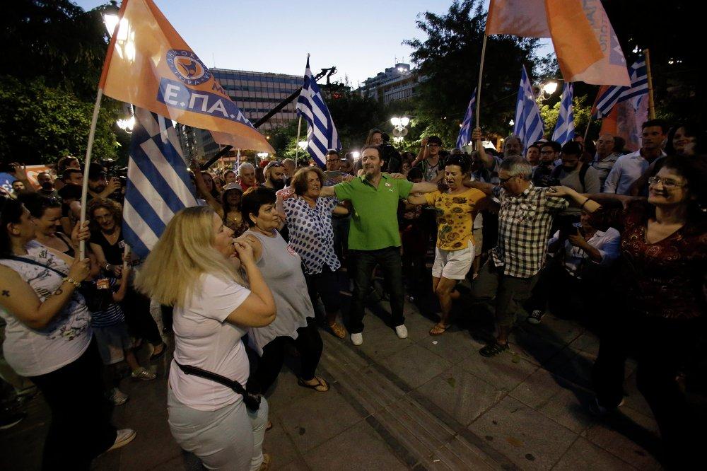 اليونانيون يحتفلون برقصتهم زوربا فى وسط أثيناء بعد الاستفتاء التاريخى الذى أجرته بلادهم ضد إجراءات الاتحاد الاوروبي