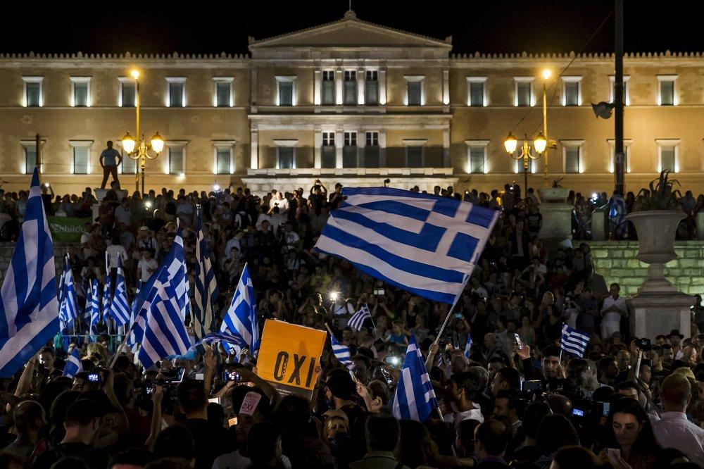 اليونانيون الرافضون لنتيجة الإستفتاء يحتفلون فى الشوارع وسط أثينا بالنتيجة