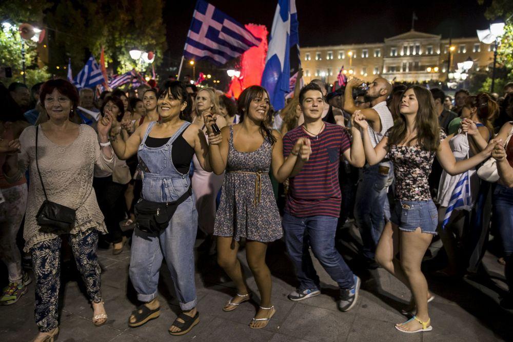 الرافضون لإستفتاء اليونان يحتفلون بالنتيجة التى جائت برفض الاجراءات فى شوارع أثينا