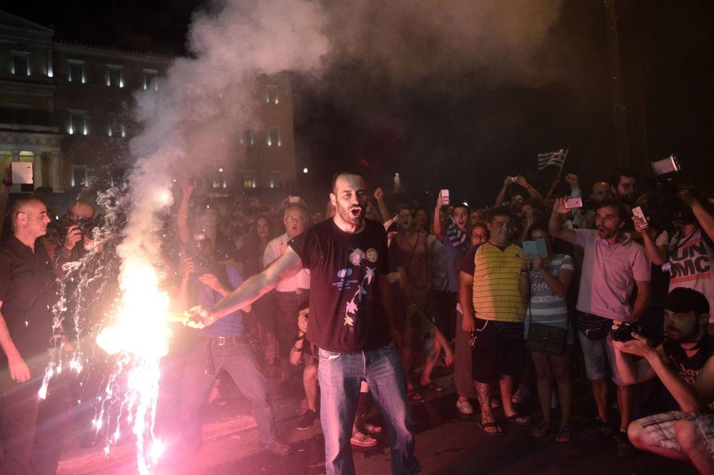 اليونانيون يحتفلون برفض الاستفتاء الخاص بقبول إجراءات الاتحاد الأوروبي ضد بلادهم