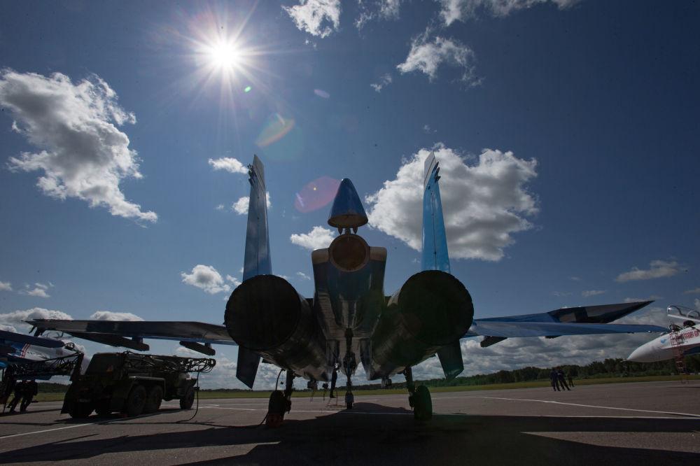 طائرة سو- 27 تابعة لفرقة الاستعراضات الجوية روسكييه فيتيازي (الفرسان الروس)