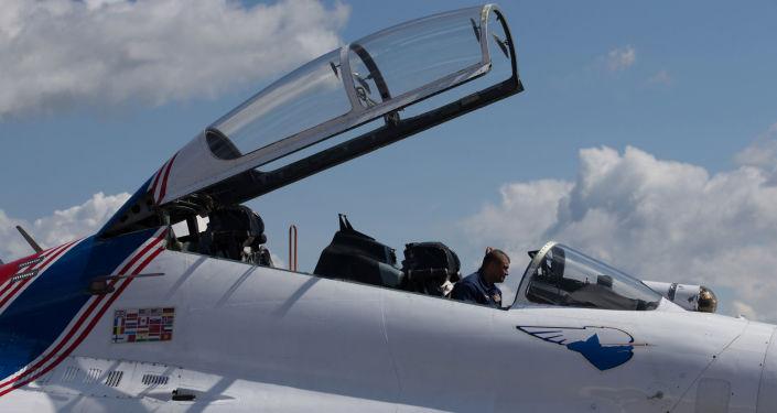 ميكانيكي فرقة الاستعراضات الجوية روسكييه فيتيازي (الفرسان الروس) على متن طائرة سو - 27